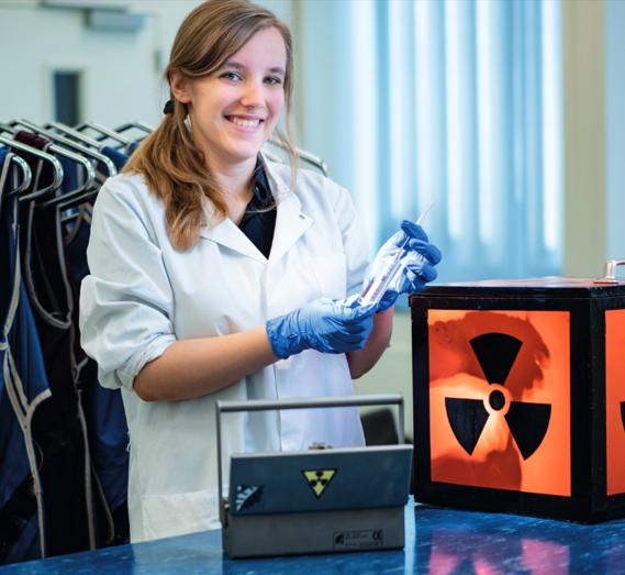 Onderzoeker met spuit radioactief holmium